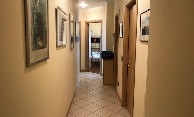 Appartamento-trilocale-in-affitto-a-Bergamo-corridoio