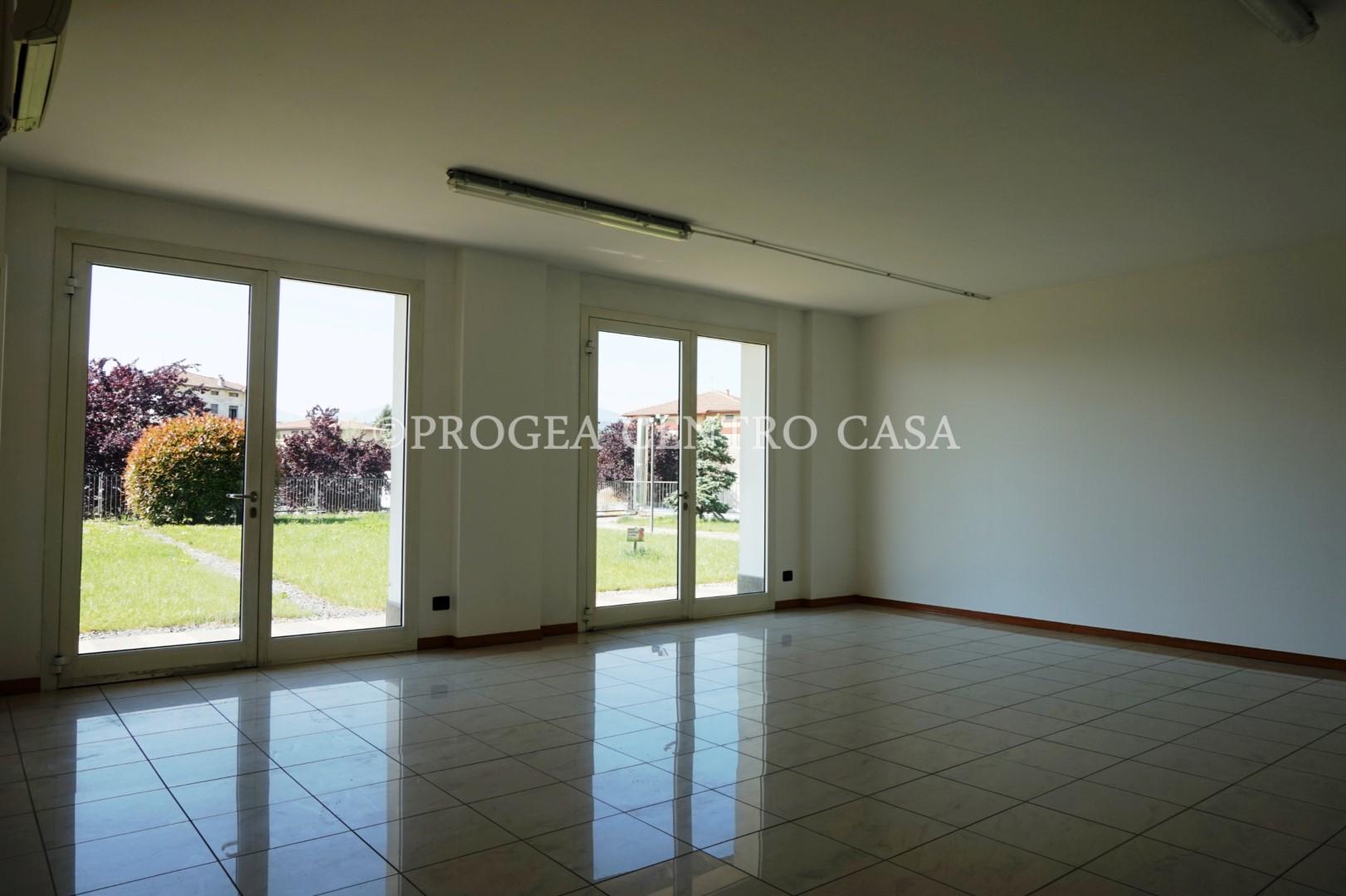 Ufficio con vetrine in affitto Albano Sant'Alessandro