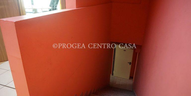 ufficio-in-affitto-a-treviolo-vetrinato-scala