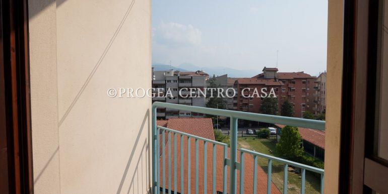 bilocale-ristrutturato-e-arredato-in-affitto-a-bergamo-balcone